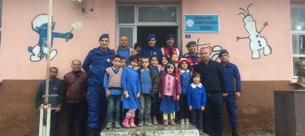 Jandarma öğrencilere trafik eğitimi dersi verdi